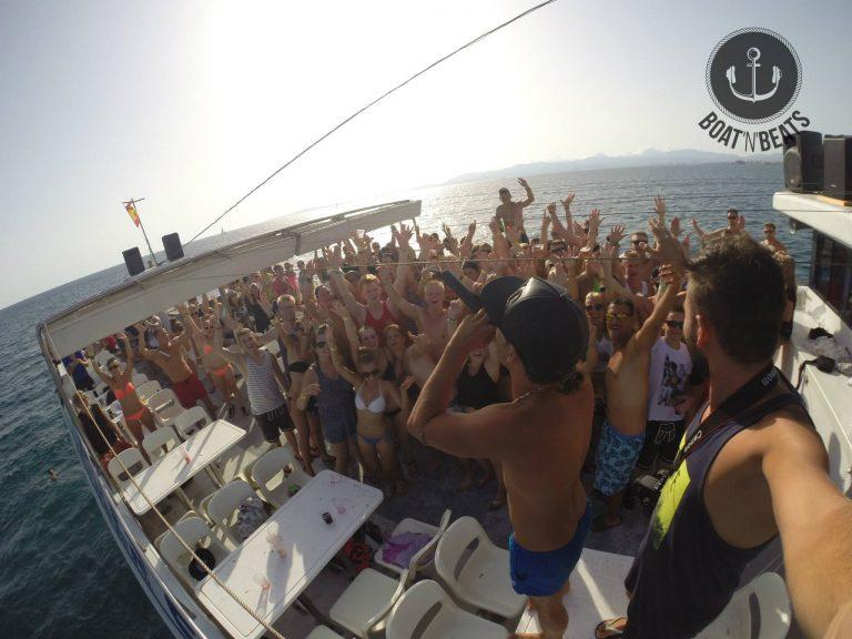 DJ und Entertainer heizen die Menge ein